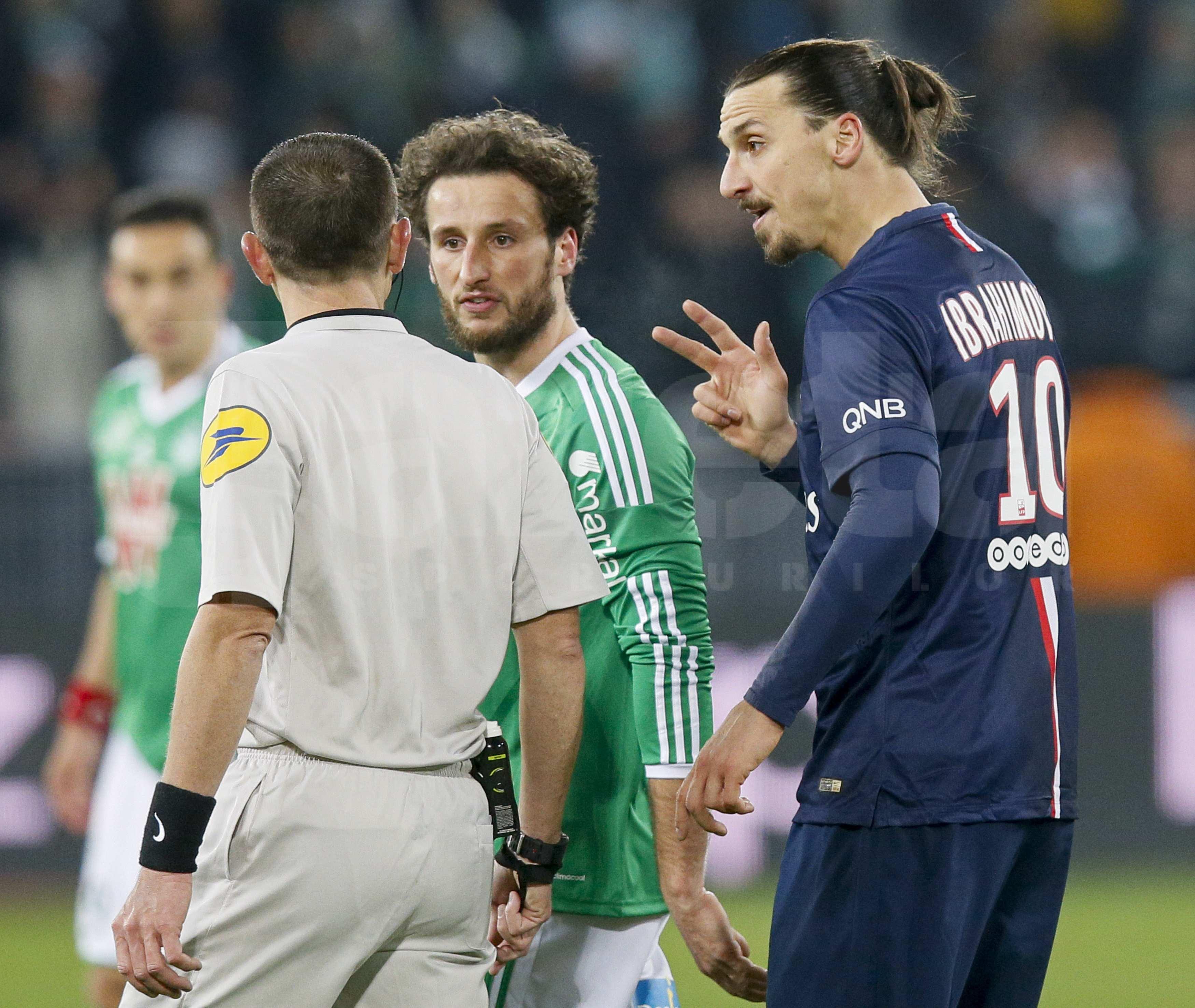 VIDEO Arbitrul a închis ochii la o intrare criminală a lui Zlatan Ibrahimovici » Lipsa de fair-play a continuat şi după ce a scăpat de eliminare