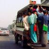 O călătorie cu transportul în comun din Yangon înseamnă o adevărată aventură