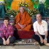 Într-un templu budist din capitala Yangon, alături de un preot și de impresara lui, indonezianca Ratna Mustika