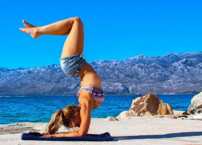 FOTO » Ea este cel mai sexy pilot din lume! În timpul liber face yoga