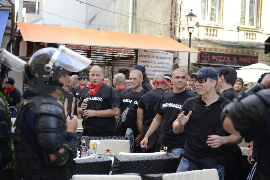 VIDEO şi FOTO Ultraşii maghiari au provocat haos în Capitală! Incidente grave în centru, la gară şi la stadion! UPDATE Galeriile bucureştene s-au unit şi au ripostat violent